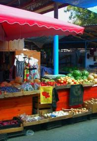 Фрукты на рынке в Песчаном