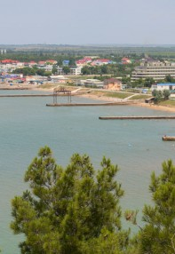 Вид с горы на пляж в поселке Песчаное