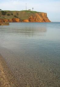 Гора в Песчаном, за ней расположен дикий пляж.